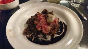 牛と牡蠣のステーキのせ 黒いカレーライス全景