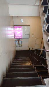 お店へ続く階段