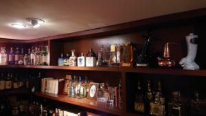 様々なウィスキーの瓶が