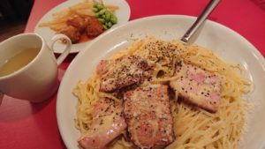 パスタと温かい前菜のアップ